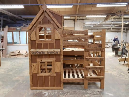 Very Cool rustic cabin style bed